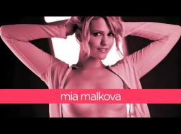 ميا مالكوفا هي مرافقة شغوفة تحب ممارسة الجنس طوال الوقت ، حتى على الشاطئ