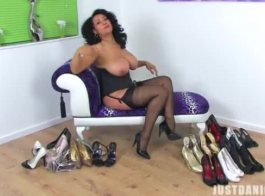 الأحذية ذات الكعب العالي ، جينا رايدر ترتدي أحذية ذات الكعب العالي أثناء ممارسة الجنس بقوة