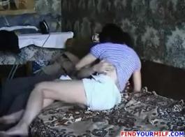 فاتنة الروسية النحيلة ذات الثدي الصغيرة تركب صديقها الصعب حتى يمارس الجنس معها