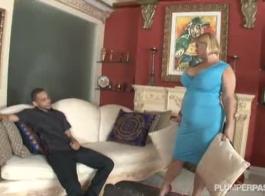 مفلس الناضجة تملأ بوسها المشذب بلعبة جنسية وتئن بينما تشعر بالرضا