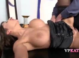 تحب النساء الساخنة ، أليسون وكيسا ، ارتداء الزي الأزرق وممارسة الجنس مع الرجال