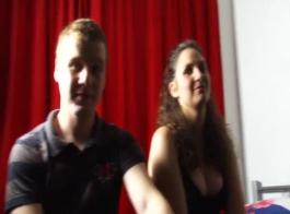 مذهول سمراء فاتنة مارس الجنس في الزقاق من قبل صديقها قرنية