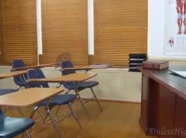 يقوم المعلم الشقراء بفرك بلطف كس ناعم لطالب أقرن ، أثناء وجوده في الفصل