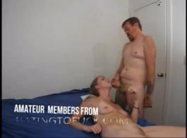 ناضجة عاهرة حصلت على حزام الركبة عالية على دسار ثم مارس الجنس لها مقرن العميل في غرفة الفندق