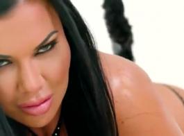 ياسمين جاي تخوض مغامرة جنسية برية مع رجل أسود وسيم من حيها