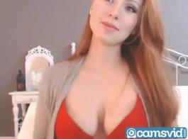 بدأت أحمر الشعر الرائع باللعب مع صديقتها عندما جاءت صديقتها لتمارس الجنس مع عقولها