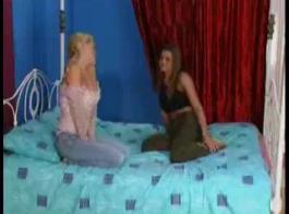 تحب الفتيات المتحمسات صناعة أفلام إباحية وممارسة الجنس مع عاهراتهن الوسيمات
