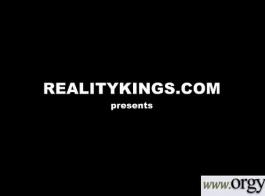 تقوم جوجو كيس بامتصاص قضيب أسود كبير بلطف وفركه لجعله ينفجر