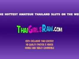 تم تدريب فاتنة التايلاندية الصغيرة على مص ديك ، لذلك تركبها على الأرض