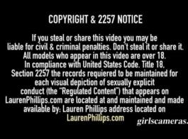 ترتدي لورين فيليبس جوارب طويلة وردية وأحذية عالية في الفخذ أثناء الحصول على قضيب صلب