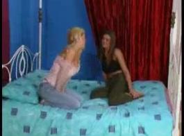 تحب الفتيات الرائعات ممارسة الجنس مع بعضهن البعض وتحفيز كس بعضهن البعض باستخدام الألعاب الجنسية