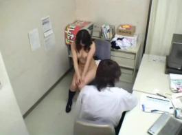 لطيف الآسيوية تلميذة فرك مهبل على الإباحية