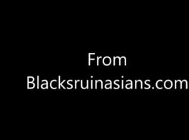 فتاة ذات شعر أسود وذات شعر أسود كبيرة على وشك خوض مغامرة جنسية مشبعة بالبخار
