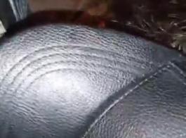 مسمار أسود جريء يمارس الجنس مع امرأة سمراء أصلع في نفس الوقت ويستمتع بها