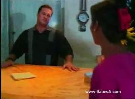 امرأة سمراء صغيرة ، تمارس الجنس مع سائق سيارة أجرة بينما يكون زوجها خارج المدينة