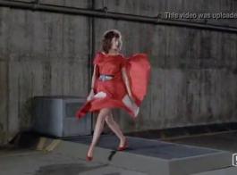 امرأة ذات شعر أحمر وزميلها من العمل يمارسان الجنس أثناء وجودهما في المكتب