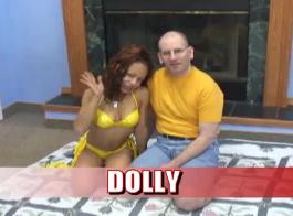 تعمل دوللي داي سرا كمدلكة شخصية ، لأنها تحب استخدام الألعاب الجنسية لإرضاء عملائها