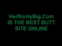 امرأة سمراء شقية بأظافر وردية ، تحب كاتي الضغط على ثدييها ومص قضيبًا ضخمًا