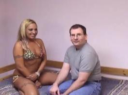 يحب الرجل المقرن أن يمارس الجنس مع أصدقاء زوجته أثناء قيامهم بالخروج في الحمام