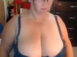 تستغل امرأة ممتلئة الجسم الفرصة لتصوير فيديو إباحي ، لأنها تحتاج إلى المال