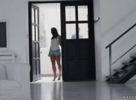 سمراء تمص بلطف قضيب صديقها ، لأن رجلها يحاول دائمًا مضاجعتها