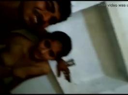 التقت فتاة جامعية ساخنة بشاب من الحرم الجامعي وصديقه بينما كانت تشاهد فيلمًا