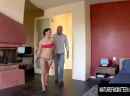 تقيم ليلى ريفيرا وفيكتوريا أوندين علاقة ثلاثية مع رفيقهما في الغرفة في غرفة النوم