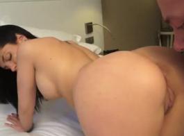 امرأة سمراء ذات الشعر الداكن تنشر ساقيها على نطاق واسع وتمارس الجنس بدلاً من إجراء بروفة