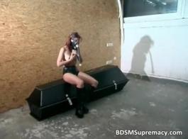 فاتنة على العبودية: عبودية إصبع القدم الأوروبية مشدودة على كرسي