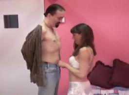غال الحسية تمسك ساقيها على نطاق واسع وتمارس الجنس ، لأنها طلبت ذلك ، مثل الجنون