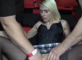 جميلة جيمي بري تمتص قضيب صديقتها ثم ينفجر من المتعة