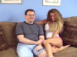 رجل محظوظ إغاظة زوجين عارية