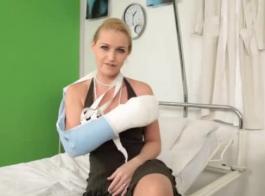 ممرضة شابة شقراء في مكتبها وتمتص قضيب ممرضتها الضخم الصعب