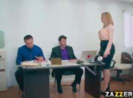 سيدة الأعمال الشقراء مفلس ذات المؤخرة الكبيرة والمستديرة في مزاج لمشهد جنسي جامح