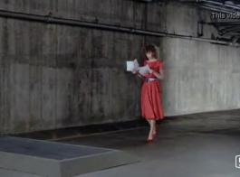 امرأة ذات شعر أحمر ترتدي جوارب طويلة شبكية بينما لا يوجد أحد في المنزل
