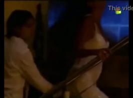 امرأة ساخنة تضاجع خادمتها الشقراء وتستمتع بكل ثانية منها ، حتى تقوم بضربها