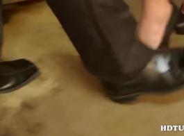 آبي يتم تحفيز بوسها بالكثير من ألعابها الجنسية المفضلة أمام الكاميرا