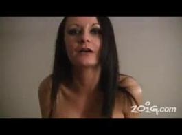 تستعد جبهة مورو صغيرة الحجم ذات الشعر الأحمر لممارسة الجنس مع رباعية من صديقاتها