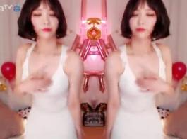 الرقص المبلل وتشغيل الفيديو في الحمام