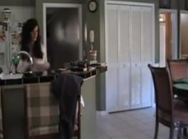 تجد أمي ابنها مع الديك الثابت!
