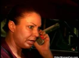 امرأة عاهرة مجنونة أجبرت على مص فطيرة ديك إلى مصلح الحمار الكبير