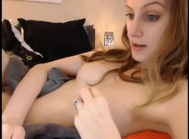 شاحب فاتنة مارس الجنس في السرير