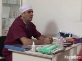 شقراء في سن المراهقة طبيب جينو سخيف سرج في شقتها