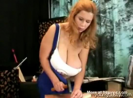 ضخمة الثدي شقراء مارس الجنس اسلوب هزلي