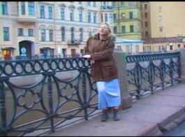 الفتاة الروسية مفلس تلامها لينة، تمرغ كس الرطب، في حين أن الرجل قرنية يراقبها