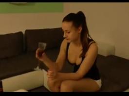 في سن المراهقة مثير يستخدم هزاز للتحقق من إيقاع شريكها، قبل ممارسة الجنس الشرجي