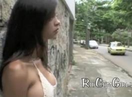 كانت امرأة سمراء في سن المراهقة البرازيلية كانت في غرفة، في حين أن الرجال قرنية كانوا يلعون كس حلقها