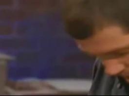 المرأة الآسيوية تلعق بفارغ الصبر قابس بازوكا ضخمة والحصول عليها داخل بوسها الرطب