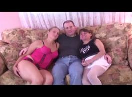 حصل الجمال الجامعي مارس الجنس في النوم القديم من قبل رجل قرنية على الأريكة الجديدة