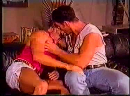 اثنين من الأزرار لديها جلسة الثلاثي مع صديقة سانتا الحب الحصول على بوسهم العذراء الرطب